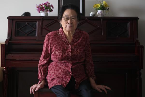 2015年10月7日,北京,国家中医科学院中药研讨所研讨员屠呦呦在家中承受记者采访。 磅礴期货配资 记者 权义 图