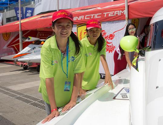 F1H2O世锦赛现场年龄最小的志愿者是来自北京人大附小的李泓燕(左一)