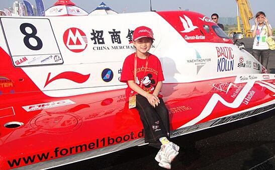 """2008年第一次到柳州观看F1摩托艇世界锦标赛的""""F1H2O小天使""""李泓燕"""