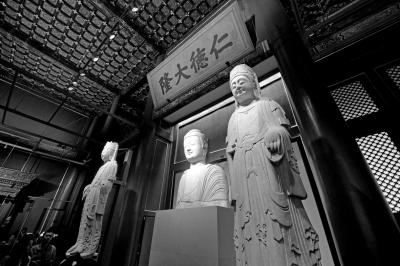 北齐石佛像和菩萨像。京华时报记者 王海欣 摄
