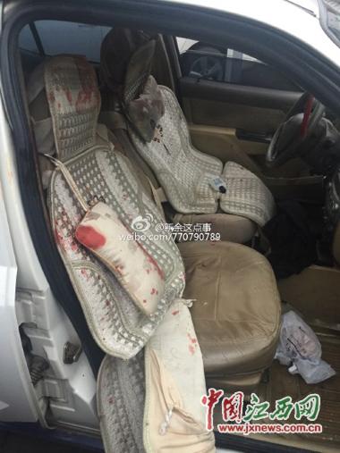 事发现场:被砍交警乘坐的警车副驾驶上血迹斑斑
