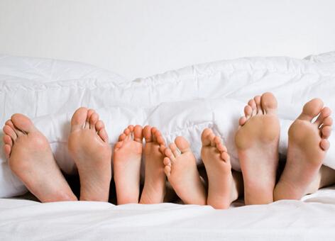 此外,对于脚气(脚臭)这种困扰人们生活的常见病,SK-japan家用喷洒消毒机也有着不错的防治效果。脚气(脚臭)是由于身体的小汗腺分泌旺盛,汗腺分泌物在细菌、霉菌分解下产生秽臭导致的,一旦发病,病人往往感到奇痒难忍,脚趾间出现红斑、脱屑,症状严重的患者整个脚底都会发红、脱皮。脚气不仅严重影响患者日常的工作和生活,而且还极易传染给他人。