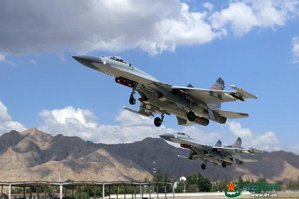 原文配图:7月23日,西北某机场,兰空航空兵某师与兄弟部队开展异型机空战对抗演练,锤炼部队实战能力。