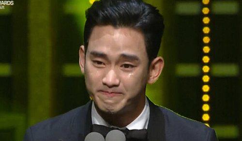 《制片人》再夺2015韩国电视剧演技大赏-激动飙泪 金秀贤凭 制片人