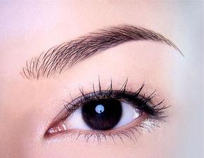 柔软的微糯的眉笔画出眉毛形状,突出眉弓的弓点,然后用眉笔,用短