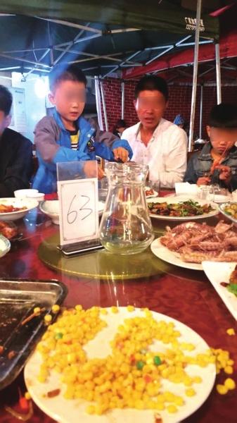 右一孩子手中拿的就是38元一只的烤大虾。