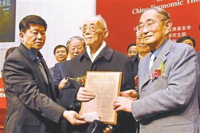 2008年杜润生出席首届中国经济学家论坛暨中国经济理论创新奖颁奖典礼 供图/CFP