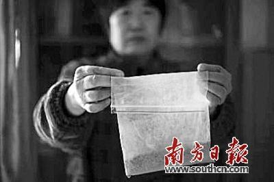 田女士展示购买的石斛。网络图片