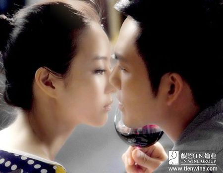 照片中,张钧甯与陈意涵均是素颜出镜,两人手握红酒杯面对镜头,面露