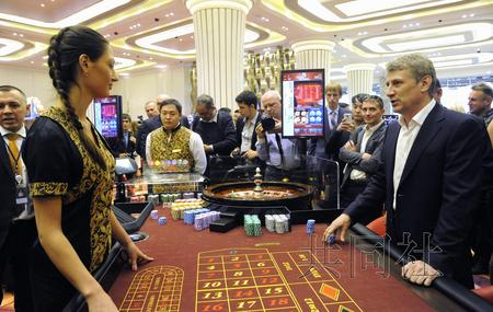 10月8日在俄远东符拉迪沃斯托克郊外新开业的赌场内,客人正在玩轮盘赌。(图片来源:共同社)
