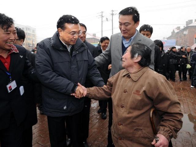 2010年4月16日,时任国务院副总理的李克强冒雪在抚顺莫地沟棚改新区看望居民。这个棚改新区住着6400多户居民,李克强走进群众新居,拉家常、话民生。他说,民生改善是老工业基地振兴的重要标志,要在发展经济中进一步保障和改善民生。2011年6月16日北京市 门头沟