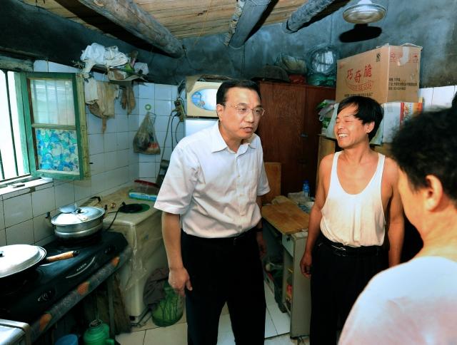 """2011年6月16日,时任国务院副总理的李克强来到北京市门头沟考察工矿棚户区改造情况。他强调:""""近两年经过加大棚户区改造力度,全国已有300多万户棚户区居民迁入新居,但还有上千万户群众在翘首以盼,棚改的任务仍十分艰巨,十分紧迫,必须顺应群众期待,加快改造步伐,把工作抓得紧而又紧,实而又实。""""2013年2月3日内蒙古 包头北梁"""