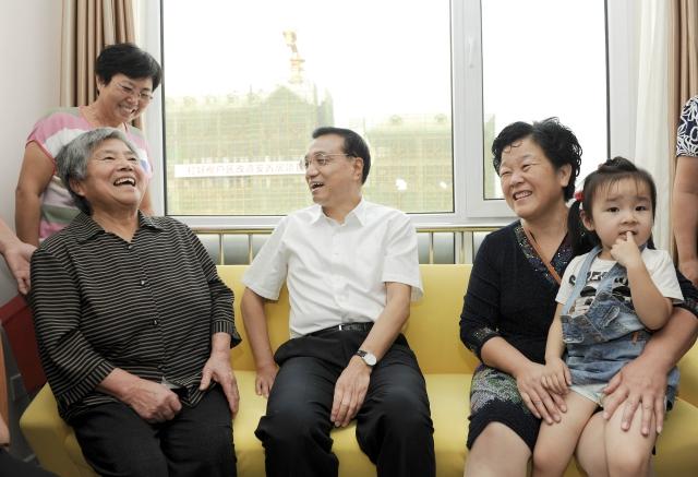 """2014年9月11日,李克强总理来到天津市西于庄棚户区改造安置房工程现场。他对正在看房的原棚户居民说,棚户区是历史欠账,也是城市伤疤。""""政府大力改造棚户区,让你们住进新楼房,这是大家的福。全国还有不少棚户区,我们一茬接着一茬干,就一定能把城市伤疤抚平。""""2015年2月14日贵阳 渔安新城"""
