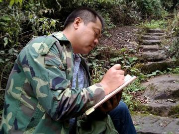 孔令书在工作日志中记录巡山情况。