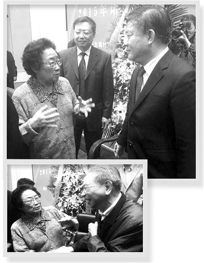 """屠呦呦(左)對全國人大常委會副委員長陳竺說:""""青蒿素的治病機理還未完全弄清楚,要繼續研究。"""""""