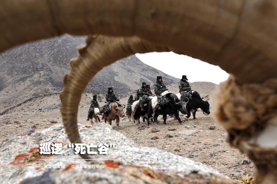 雪后巡逻官兵在乱石岭中穿行。