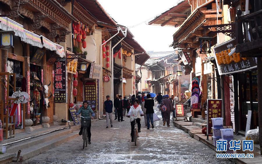 10月12日,一些工人在云南香格里拉独克宗古城缔造藏式民居。