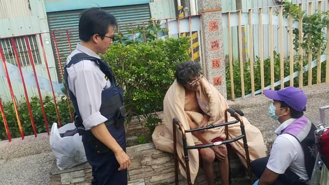 47岁的周姓女子(中)被疾病所累,返回八德区的桃园大圳用意跳河轻生得救。(图像取自台媒)