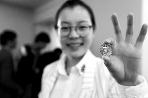 纪念抗战胜利70周年1元面额纪念币开始发行。新华社发