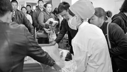 昨日中午,承受了第2次手术后,男孩被推脱手术室 本组图像 新文明记者 郭亮 摄