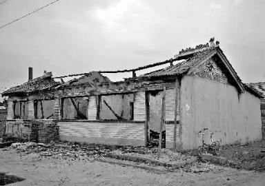 """昨日下午5点多,新文明记者来到了榆树市新立镇保安村。恬静的村子中,秋收的乡民正在加班加点地往家拾掇着玉米,被烧的小硕家的屋子孤伶伶地立在那边,显 得非分特别冷落,时而还能闻到从屋宇废墟里飘进去的刺鼻烟味儿。小硕家后院的屋宇院门舒展着,屋宇的玻璃被砸碎,阁下的谁人仓房那是行凶者王某死去的中央。附 近乡民说:""""屋子已烧落了架,消防车来了才把火点燃的,内里的货色啥都没有了。"""""""