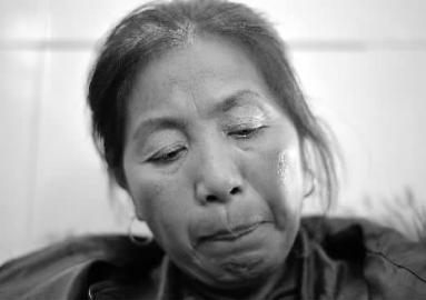 """男孩的母亲汪玉英坐在手术室门外,等候着儿子的音讯。伉俪俩有三个孩儿,两个女儿已娶亲在外,小硕是伉俪俩的小儿子,平时就非常心疼。提及儿子的遭逢,她不由得流下眼泪:""""儿子有一双非常美丽的眼睛……"""""""