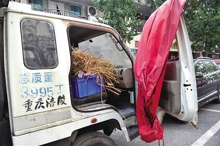 僵尸车副驾驶装满稻草等易燃物品