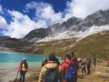 因旅行团组织不当,旅客们只能背着全副行李行走在海拔4000米以上的山上。