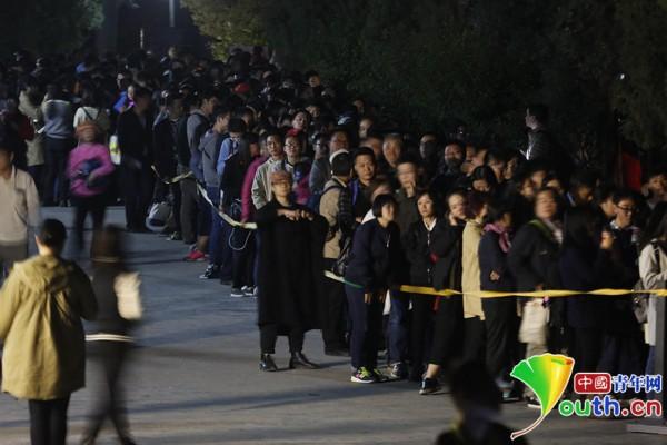 10月11日,故宫武英殿外,观众在夜幕中排队等候参观《石渠宝笈》特展,此时他们至少已经等待超过十个小时。
