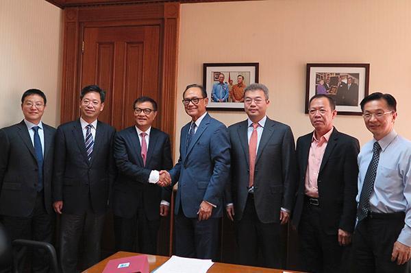 中国民生投资股份有限公司董事会主席董文标(左起第3位)在印度尼西亚雅加达会晤印尼民主党主席苏里亚・巴罗。