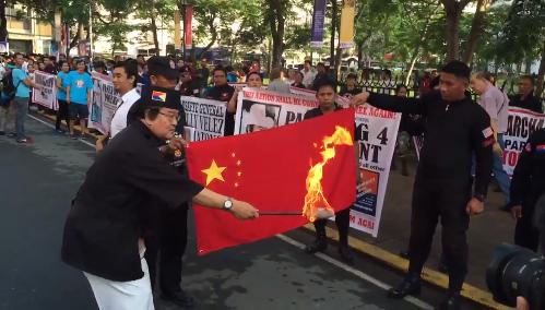 """菲律宾""""非支流""""竞选者、争议状师帕马通以燃烧国家国旗的方法博眼球"""