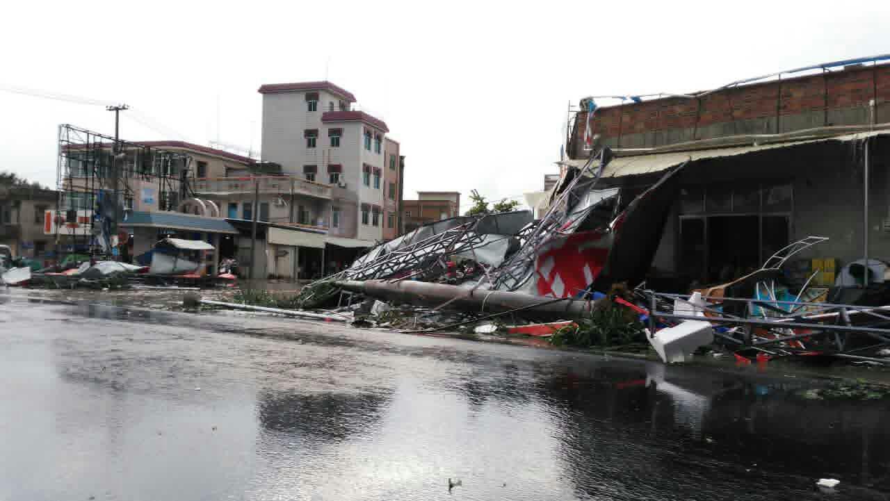 """图为""""彩虹""""台风过后的湛江街道"""