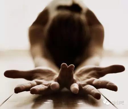 努力做一个练习瑜伽 接近幸福的女人
