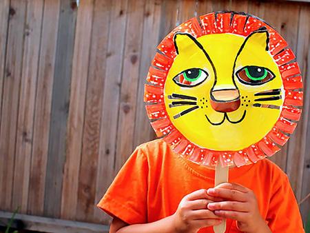 材料:纸类 纸盘 勇敢的小狮子 在纸盘上玩彩绘, 喜欢画画的小朋友不
