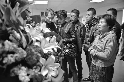 爱心人士为小硕捐款并送来鲜花