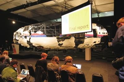 10月13日在荷兰希尔泽赖恩展示的经过复原整理的马航MH17客机残骸。新华社发