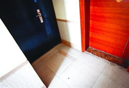 1601室住户加装防盗门将楼道照明灯、约65厘米长的走道隔进了自家。晨报记者 张佳琪