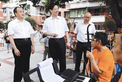 9月8日,崔保华(左二)与南充市顺庆东南街道法治文艺宣传队的业余演员们亲切交谈 图由南充市司法局提供