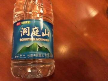 """苏州一度假村竟用矿泉水瓶分装无色无味的""""除锈剂""""。"""