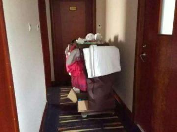 """同一包装的矿泉水和""""除锈剂""""都放在酒店的服务车上。"""