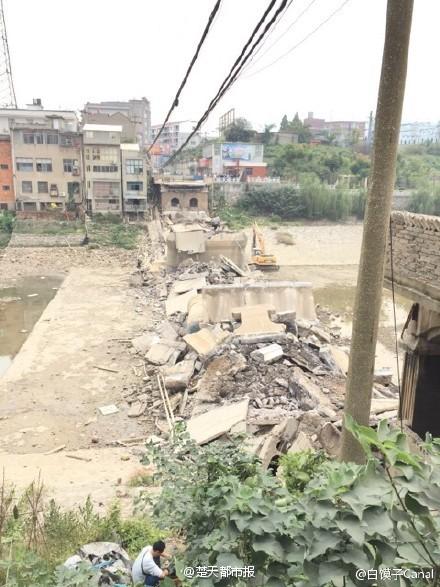 黄石危桥撤除时垮塌 挖机从16米高处坠下致三伤