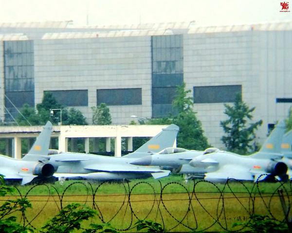 原文配图:歼-10战斗机采用三角翼设计,搭载俄罗斯制造土星留里卡AL-31加力涡扇发动机,具有11个武器和副油箱挂点。针对空对空作战,J-10携带有PL-9红外制导空 - 空导弹和PL-12雷达制导导弹,以及俄罗斯GSH-2323毫米机炮。它也可以携带各种激光和卫星制导炸弹。图为新一批歼10B战机。