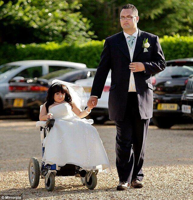 英女子患罕见病身高不足一米 嫁1米8老公