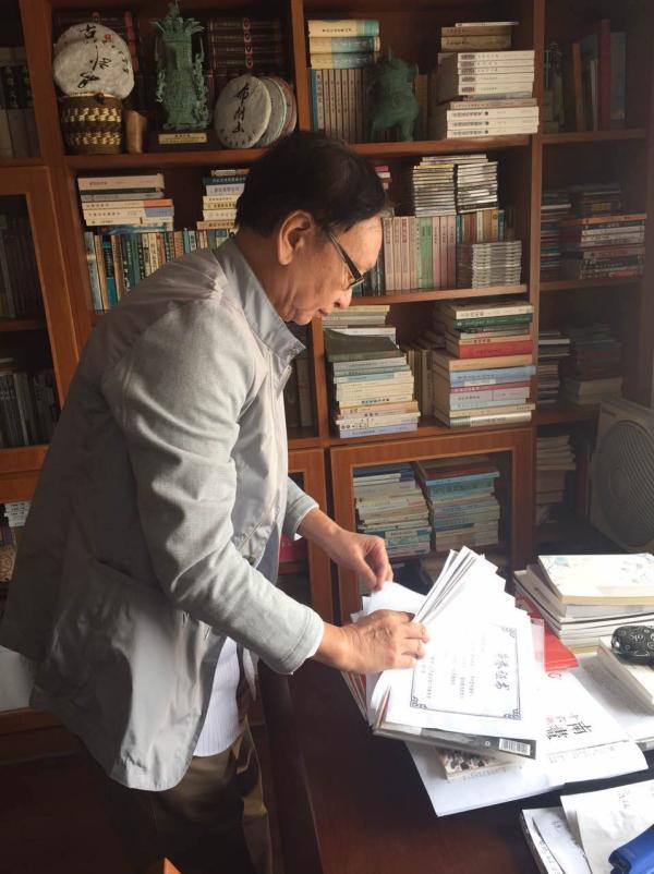 朱栋霖传授在承受磅礴新闻采访时期,正在查找关联文件。磅礴新闻记者 龚菲 练习生 张星斗 图