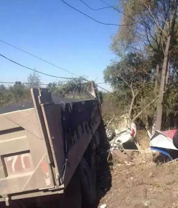 10月13日上午,吉林九台区一辆大货车和一辆巡查警车相撞,警车内3人全副罹难。片来自收集