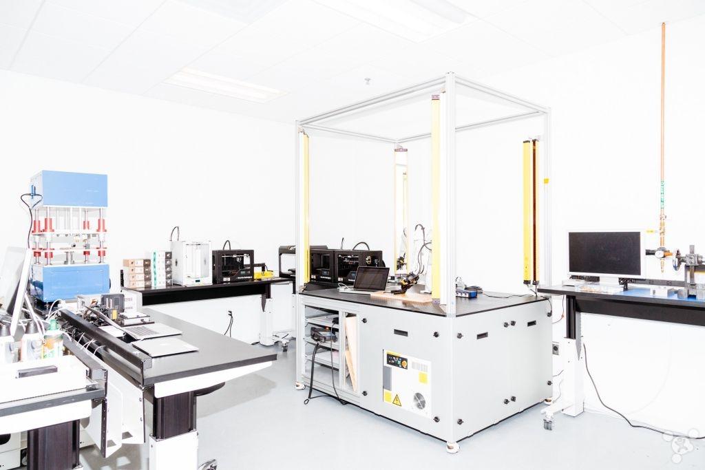 这个实验室中满是昂贵的精密机械,极客如果看到这些机械心跳一定会加速。到现在为止,还没有哪名记者或者哪家媒体能够跨过那扇大门到这里面来一探究竟。但是为了纪念新款