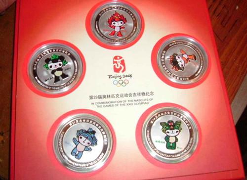 中国纪念币每套都具有特定主题,由国家授权中国人民银行指定国家造币厂而设计制造的,是国家银行统一计划发行的法定货币。1984年10月1日建国三十五周年起发行了第一套。