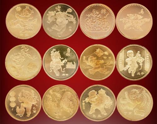 由于2003年是羊年,所以首套十二生肖主题纪念币是生肖羊,最后一套为生肖马。