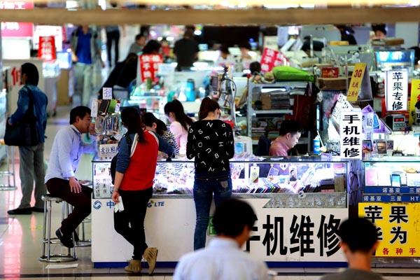 10月13日,商场内几乎没有什么人气,只有手机维修的柜台前还偶有客人问津。 东方IC 图