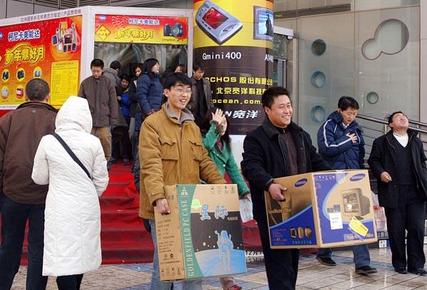 2005年2月,北京中关村,刚从鼎好电子商城购物出门的顾客。 东方IC 图